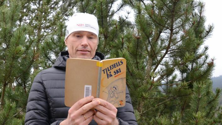 """Jørgen Weidemann Eriksen har lest boka """"Tilfjells på ski"""" fra 1934 som blir ansett som forløperen til dagens fjellvettregler. Foto: Jarle Stokland/NIH"""