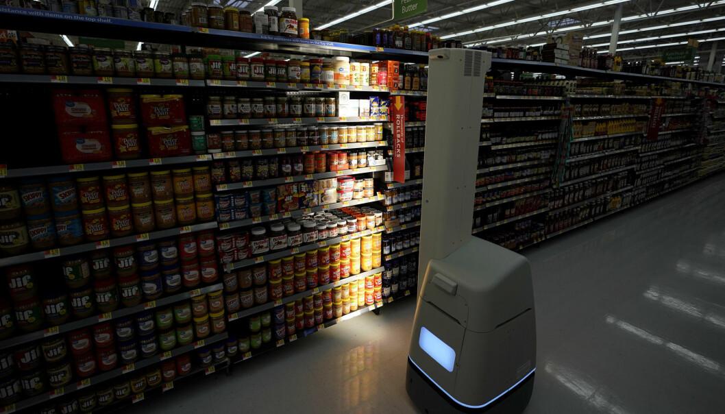 Roboten Marty vasker gulvet i et supermarked i Harrisburg i delstaten Pennsylvania. Ifølge en ny rapport vil en firedel av arbeidsplassene i USA stå i fare for å rammes når bruken av roboter og kunstig intelligens brer om seg. (Foto: Matt Rourke / AP / NTB scanpix)