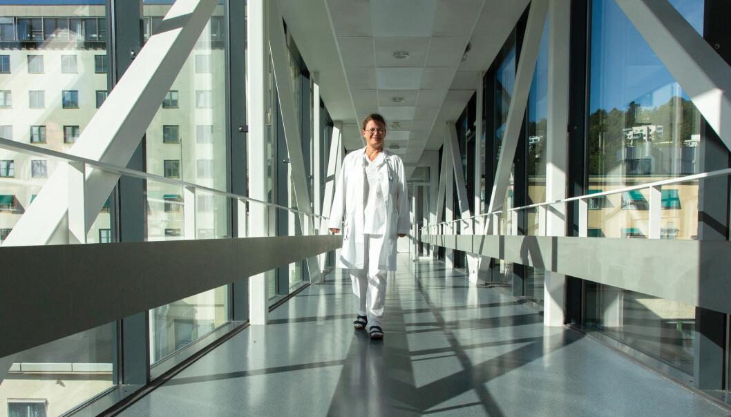 Over to tusen nordmenn dør av lungekreft hvert år. Det er vanskelig å finne rett behandling. Nå håper overlege Åslaug Helland at fremtidens simulering av kreftbehandling kan gjøre det lettere for legene å finne den rette behandlingen, tilpasset den enkelte pasient. (Foto: Yngve Vogt / Apollon)