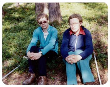 Tvillingene fortsatte å gå lange turer i skogen, selv etter at de begynte å bruke krykker. Ble de slitne, tok de en pause i lyngen. Bildet er tatt i 1991. Først i 2006 måtte Tor og Bjørn Olsen legge vekk krykkene og bruke rullestol. (Foto: Privat)