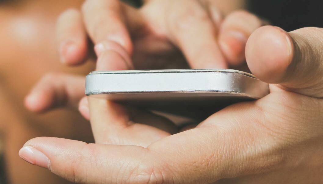 Mobilkameraet kan følge med på teknikken din om du må gjennomføre hjerte- og lungeredning.  (Illustrasjonsfoto: Colourbox)