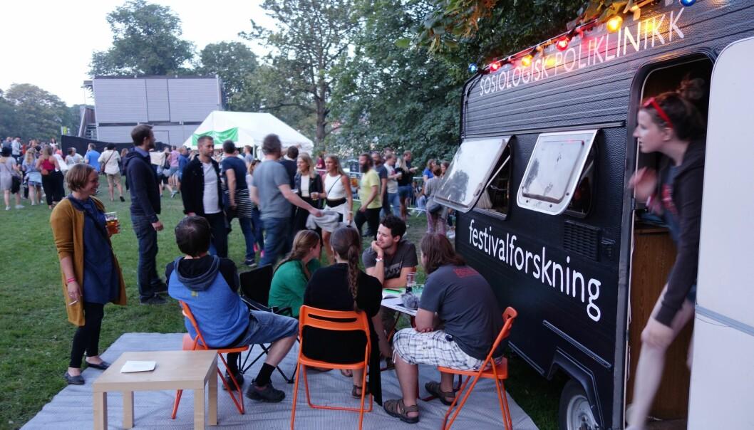 Alkohol og det å være sammen bare for å være sammen er noe av det som skaper god stemning på festival, ifølge norske forskere. Her har de satt opp forskningsleir på Pstereofestivalen i Trondheim. (Foto: Aksel Tjora)