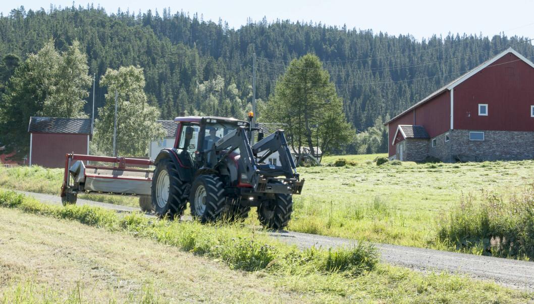 Mange bønder må kjøre mye for å komme til jordbruksarealene sine. Noen tilfeller kjører de rett og slett kjører forbi hverandre på vei til åkrene sine. Nå vil forskere se på hvordan de kan unngå unødvendig kjøring. (Foto: Odd Roger Langørgen / Bygdeforskning)