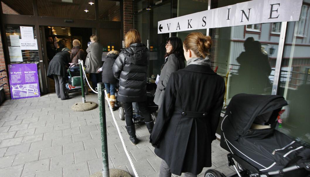 I 2009 sto folk i kø på Tøyensenteret i Oslo for å få vaksine mot den nye typen influensa A(H1N1), også kalt svineinfluensa. Svensk forskning tyder på at foreldre er mer troende til å vaksinere seg dersom de får høre at virussykdom kan være farlig for familien deres. (Foto: Erlend Aas/NTB Scanpix)
