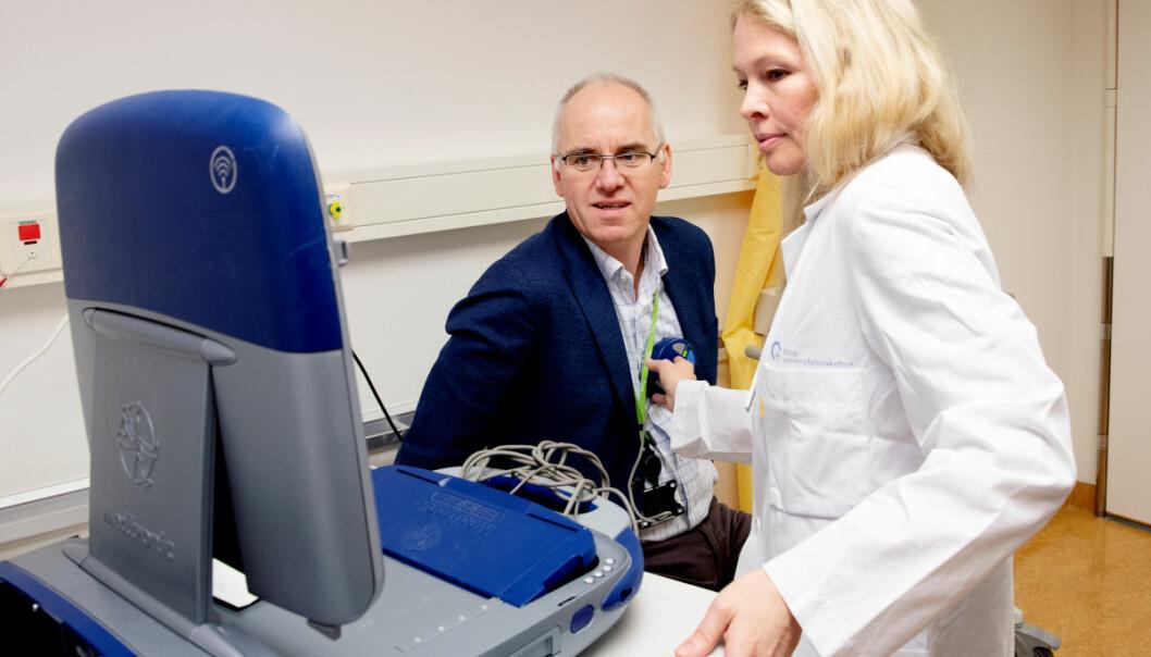 Lege og forsker Gunn Marit Traaen måler hjerterytmen til Petter Andresen, en av 100 pasienter i en studie på hjerteflimmer. (Foto: Kristin Svorte, Nasjonalforeningen for folkehelsen)