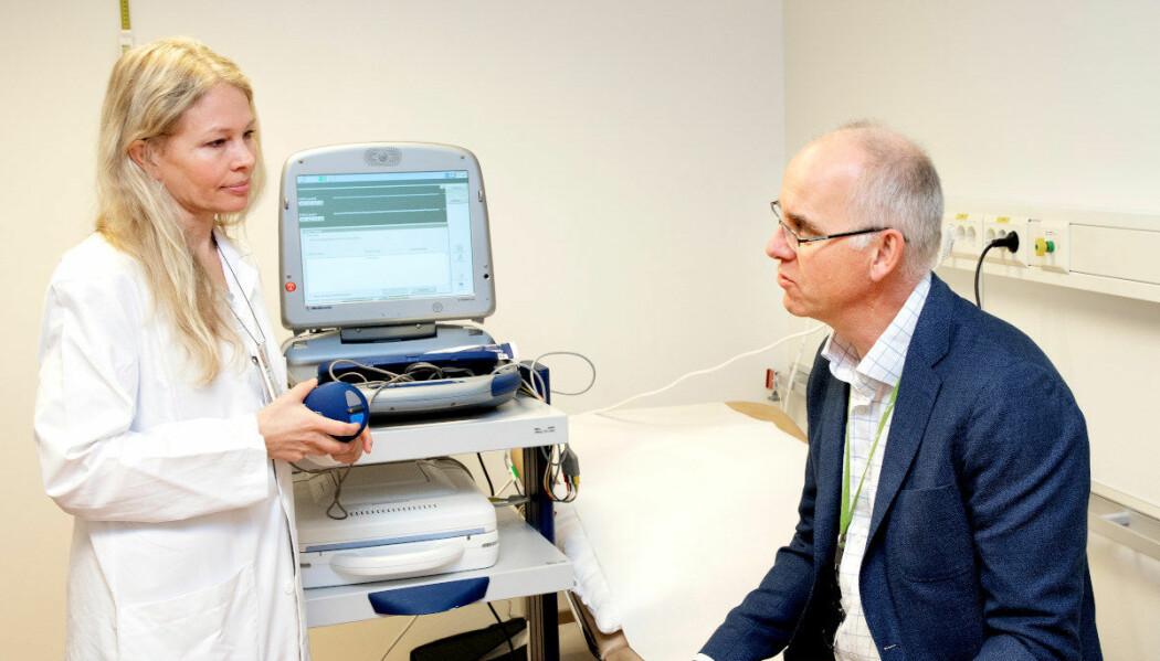 Petter Andresen er inne på kontroll hos lege og forsker Gunn Marit Traaen. Han har en brikke under huden som registrerer hjerterytmen. (Foto: Kristin Svorte, Nasjonalforeningen for folkehelsen)