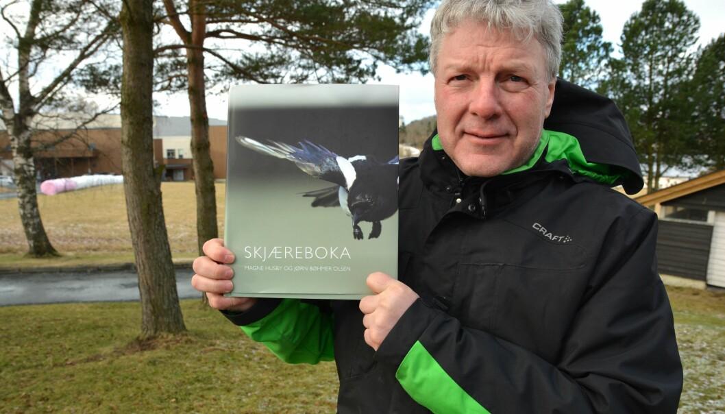 Magne Husby med Norges første forskningsbaserte bok om skjæra. (Foto: Bjørnar Leknes)