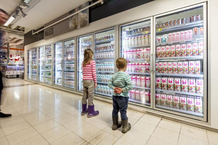 Det er ikke alltid like lett å velge. Men dagligvarebutikkene kan faktisk gjøre mye for at vi skal gå for det som er sunt. (Foto: TINE / Bo Mathisen)
