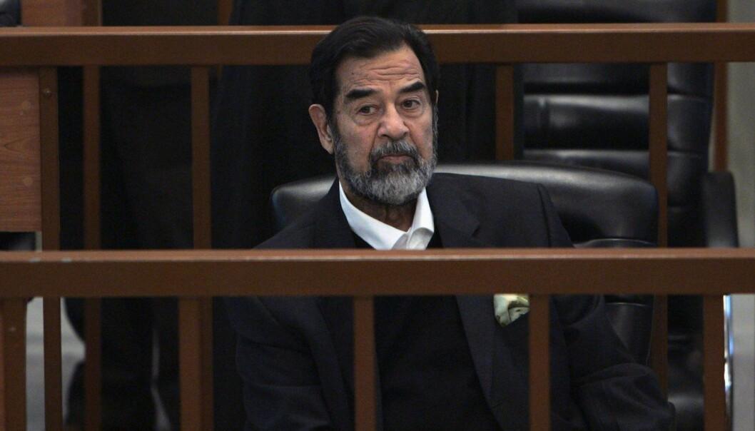 Bildet viser Iraks tidligere president, Saddam Hussein som ble i 2006 stilt for retten for forbrytelser mot menneskeheten. Hussein hadde lenge forsøkt å produsere atomvåpen, men lyktes aldri.   (Foto: Reuters/Chris Hondros/Pool/NTB Scanpix)