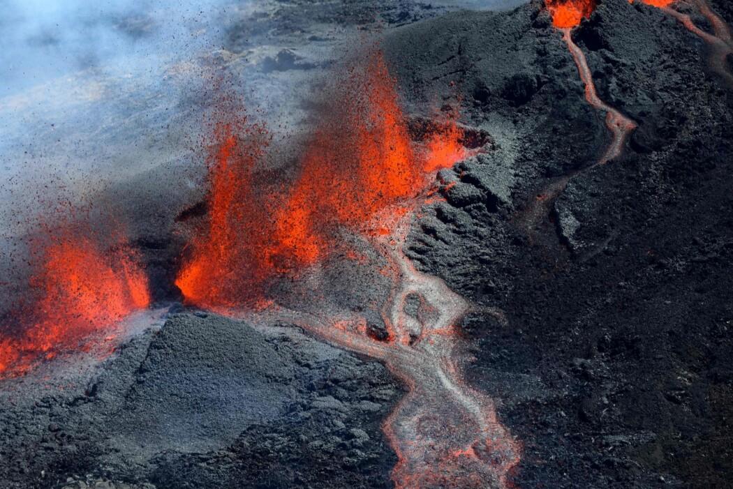 Forsking på modeller er tryggere enn feltarbeid. Her strømmer lava ned fra vulkanen Piton de la Fournaise 15. september i fjor. (Foto: Richard Bouhet, AFP, NTB scanpix)