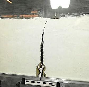 Her gjør forskerne et modellforsøk med sirup og silikia-pulver, for å simulere hvordan magma trenger inn i jordskorpen. (Foto: Frank Guldstrand, UiO)