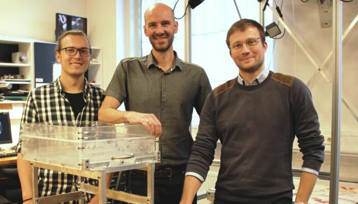 Frank Guldstrand (t.v.), Olivier Galland og Tobias Schmiedel har utviklet en enkel måte å modellere vulkanutbrudd på – med matolje som magma og to typer pulver som representerer jordskorpen. (Foto: Dag Inge Danielsen, UiO)
