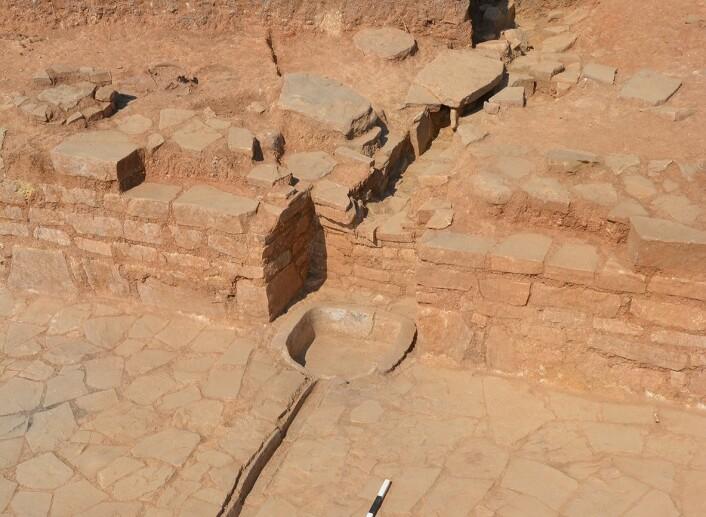 En av vannkanalene i palasset. Regnvann kommer ned fjellet og blir samlet opp i disse karene, før det går videre til cisterner. (Foto: Elsa M. Redmond and Charles Spencer)