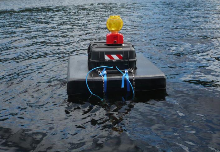 NIBIO har satt ut flere miljøbøyer i Farrisvannet som foretar målinger på dyp fra én meter og helt ned til 20 meter. De automatiske målingene som tas, beregner blant annet partikkelmengde i vannet. Overstiger verdiene kravet til Fylkesmannen, blir det umiddelbart varslet og anleggsarbeidet stanses. (Foto: NIBIO)