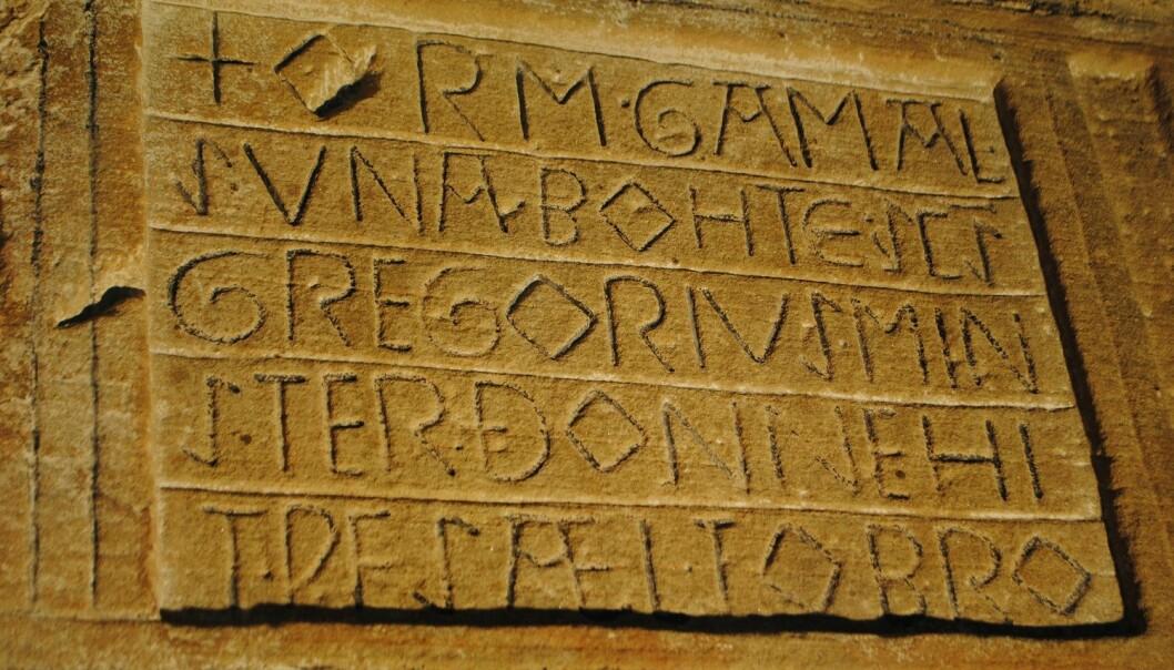 Skrev vikinger dette? Det er en stein i en kirke i England. Språket er gammel engelsk, men navnene kan være viking-navn. (Foto: Elise Kleivane)
