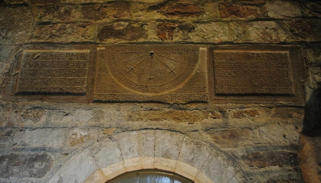 På disse gamle platene i kirken i England har noen risset i nordiske navn. (Foto: Elise Kleivane)