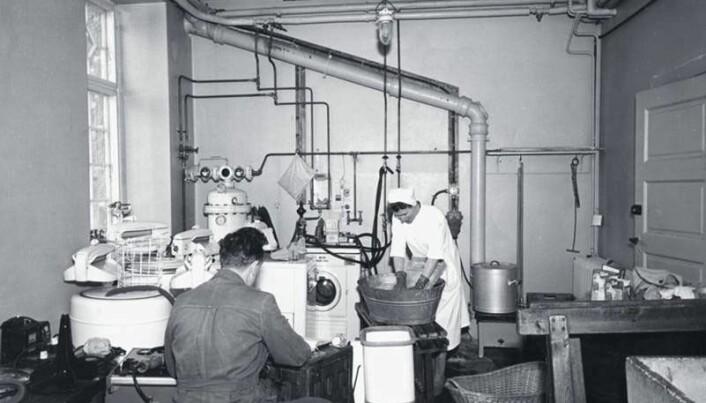 SIFO har forsket på hvordan teknologi og forbruk påvirker livene i 80 i år. Dette bildet viser en test av vaskemaskiner mot håndvask. (Arkivbilde: SIFO)