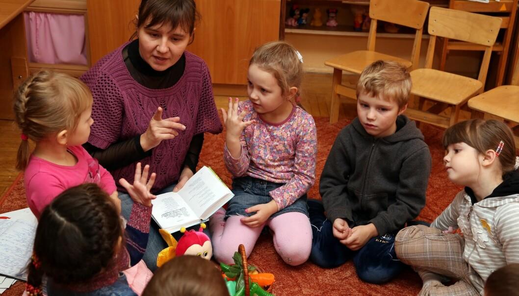 Barn med høyrselhemming har ofte ein spesialpedagog tett på seg. Men korleis skal ho legge til rette for at barnet skal delta i leik med dei andre? (Illustrasjonsfoto: Colourbox)