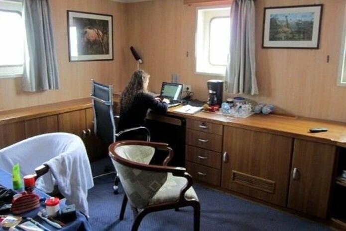 Med kontor på havet kan mykje bli gjort. Valeria Schwanitz hadde lugar på frakteskip då ho tok sjøvegen frå Europa til USA på møter og konferanse. (Foto: Privat)