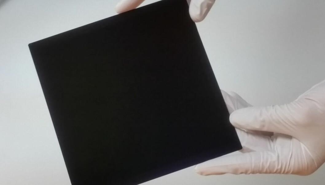 Dette er den første solcellen av silisium med en effektivitet over 26 prosent. Det er verdensrekord, ifølge en artikkel i tidsskriftet Nature Energy. Solcellen er utviklet av japanske forskere på Photovoltaic & Thin Film Research Laboratories i det japanske firmaet Kaneka corporation. (Foto: Photovoltaic & Thin Film Research Laboratories, Kaneka corporation.)