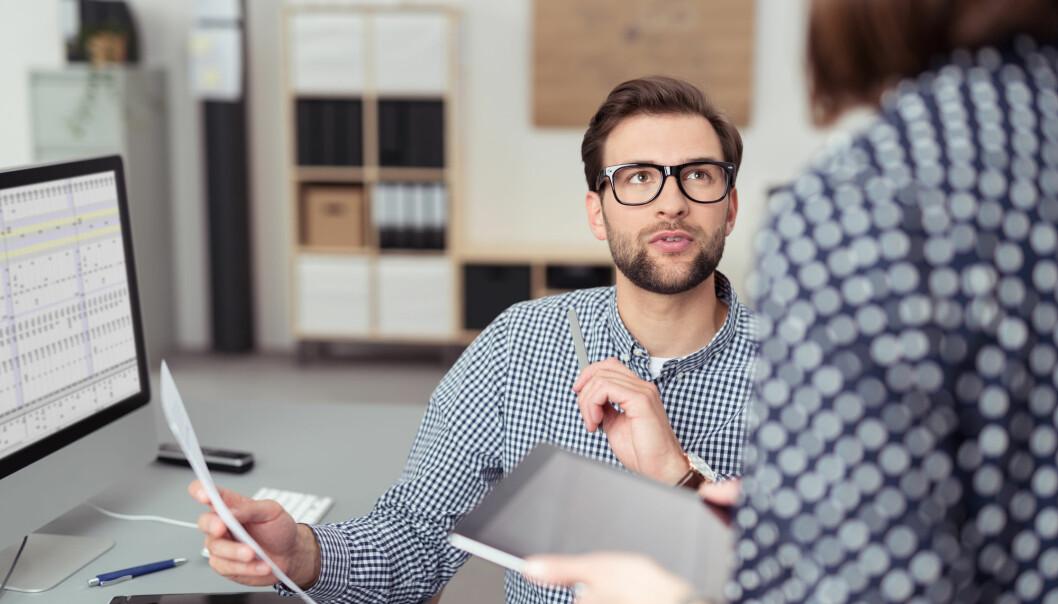– Ved å lytte til råd vil den utrygge lederen kunne tenke at han fremstår som mindre kompetent enn rådgiveren, sier forsker. (Illustrasjonsfoto: stockfour / Shutterstock / NTB scanpix)