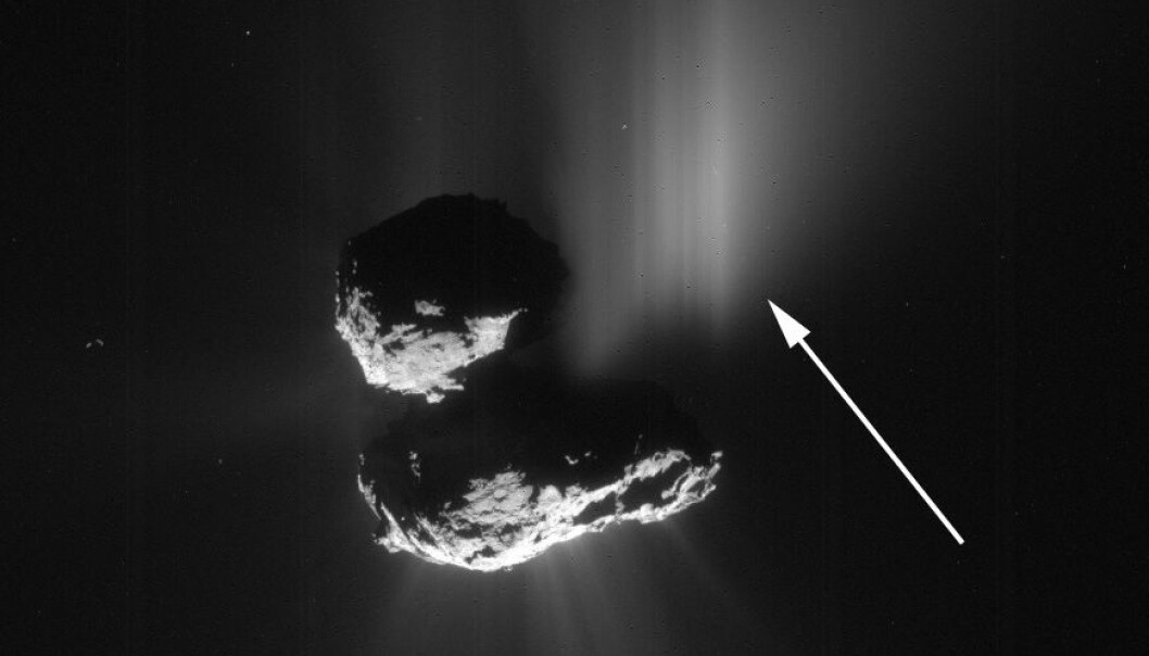 Dette bildet av komet 67P ble tatt fra romsonden Rosetta 10.juli 2015. Pilen viser utbruddet som skyldtes et skred av is og støv fra en klippe på kometen. Dette er første gang forskere har sett direkte at et skred utløser slike utbrudd på kometer. (Foto: ESA/Rosetta/MPS for OSIRIS Team MPS/UPD/LAM/IAA/SSO/INTA/UPM/DASP/IDA)