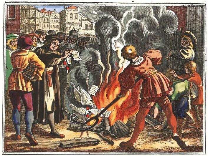 Luther setter fyr på pavens skrift som lyste ham i bann. Flere katolske skrifter går på bålet samtidig. Desember 1520. (Foto: (Maleri: Matthäus Merian den eldre (1593–1650) hentet fra Wikimedia Commons))