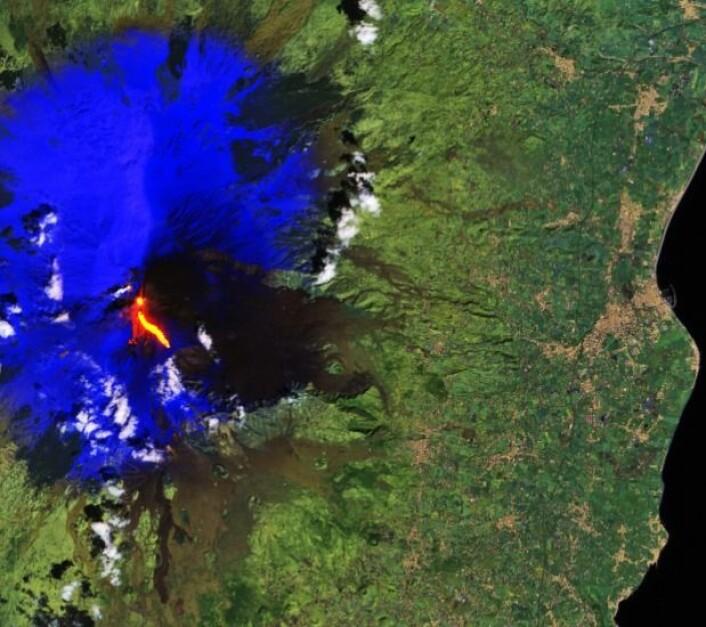 ESA var raskt ute med å vise et satellittbilde av utbruddet på Etna. (Bilde: Copernicus Sentinel data 2017)