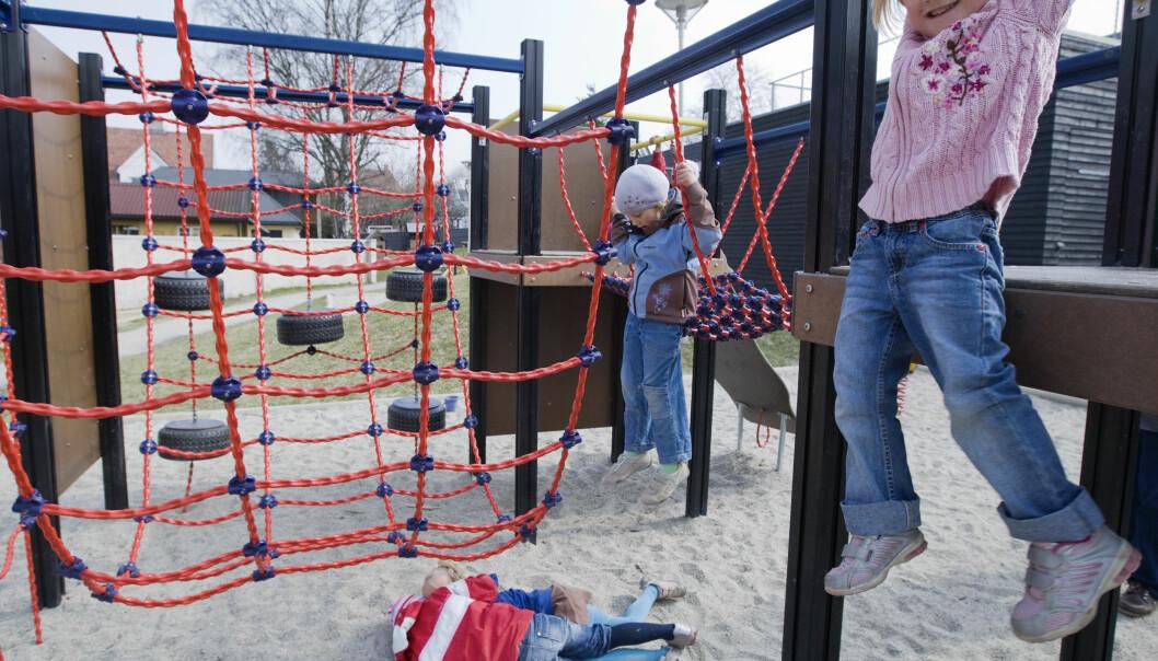 Barna setter pris på en voksen lekekamerat i barnehagen. Men ikke alle vil at de voksne skal leke mer med dem. (Foto: Heiko Junge, NTB scanpix)