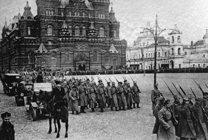 Bolsjeviker marsjerer på Den røde plass i Moskva i 1917. (Foto: Ukjent/Wikimedia Commons. Bildet er falt i det fri.)