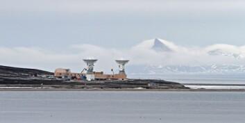 Sommeren 2016 var to store antenner på plass og prøvekjørt i Ny Ålesund. Kartverket har drevet dette prosjektet fram, og fra 2018 skal disse være i  full drift med innhenting av signaler som skal koordineres med signaler mottatt på andre kanter av verden. (Foto: Bjørn-Owe Holmberg)
