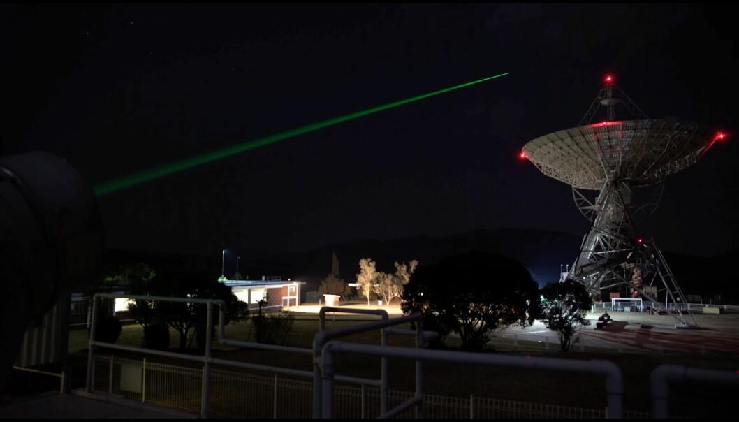 Fra HartRAO - observatoriet i Johannesburg, Sør Afrika. En laserstråle skutt ut mot en satelitt –  og ei antenne rettet mot kvasarer i det ytre verdensrom. Begge med viktig informasjon for å finne nøyaktig posisjon her på Jorda. (Foto: Nova Vision)