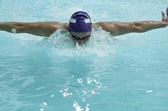 Forskerne fant ut at det var mest praktisk å feste svettesensoren i albueleddet på svømmerne. Her kan man lett se om sensoren skifter farge. (Foto: John Rogers Research Group)