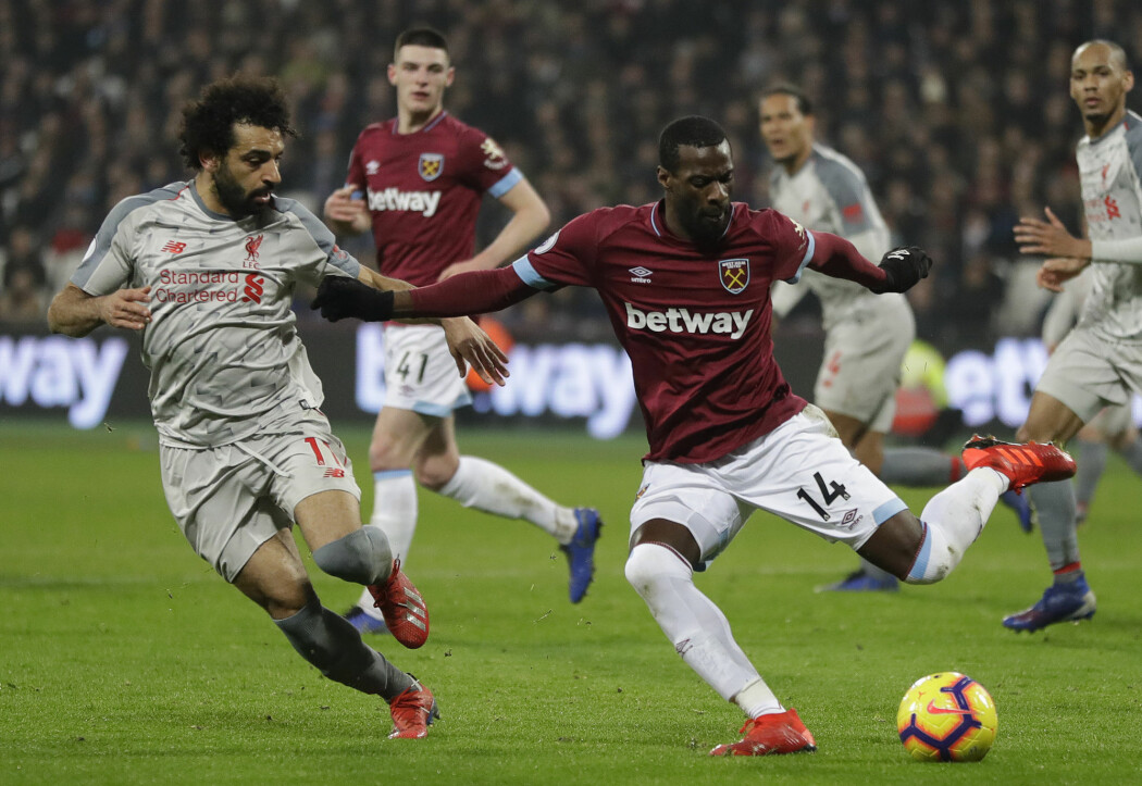 Liverpools Mohamed Salah (til venstre) og West Hams Pedro Obiang i aksjon da lagene deres møttes til kamp mandag den 4. februar 2019. (Foto: Kirsty Wigglesworth / AP Photo / NTB Scanpix)