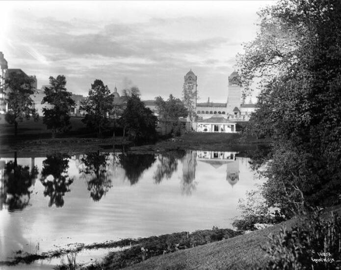 Dam, speiling og utstillingsbygninger for jubileumsutstillingen for Norges grunnlov i 1914. (Foto: Anders Beer Wilse, Oslobilder.no)