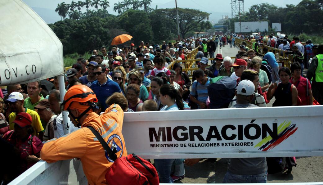 Venezuelanere fortsetter å strømme over grensa til Colombia. (Foto: Carlos Eduardo Ramirez/Reuters/NTB scanpix)