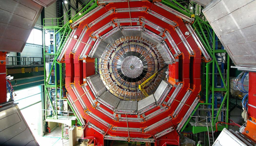 LHcs digre CMS-detektor. Stigen til høyre i bildet gir et inntrykk av hvor stor den er. 8Bilde: Julian Williams/ CERN)