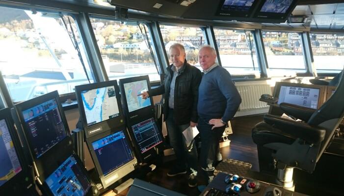 Prosjektansvarlig Oddvar Longva (t.h.) og skipper Karl Otto Rismark på brua om bord på Atlantic Viking, et av fiskefartøyene som har tatt i bruk de nye kartene. (Foto: NGU)