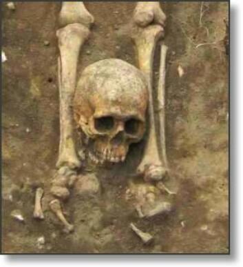 Henrettelsesgravplasser er vanlige flere steder i Europa. Den døde er vanligvis ikke begravd øst-vest. I tillegg kan kroppsdeler være hugget av og plassert andre steder enn der de skal være. Viktigst var det likevel at den døde ikke ble begravd i fellesskap med andre kristne. (Foto: Chris Birks Archaeology)