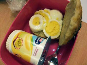 Rundstykke med egg og yoghurt.