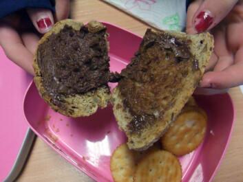 Brødskiver med nugatti og salte kjeks.