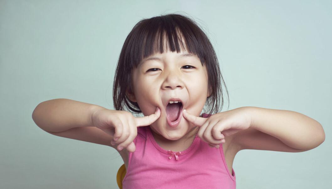Små barn helt ned til 16 måneder skjønner spøk. Ifølge en ny studie klarer de å skille fakta fra fantasi ved signaler som de fanger de opp fra foreldrene. (Foto: jamesteohart, Shutterstock, NTB scanpix)
