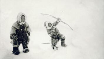 På Amundsens og Nansens tid brukte Norge veldig mye penger på polarforskning. For det unge og fattige landet Norge var det også viktig å etablere forskningsmiljøer som kunne bli blant de beste i verden på områder som meteorologi, geofysikk, nordlysforskning og oseanografi. Det ble vi – og sporene etter denne satsingen et fattig land gjorde på forskning den gangen, ser vi tydelig den dag i dag. Men Roald Amundsen drev også etnografisk forskning i Arktis. Her et bilde han tok av netsilik-barn.