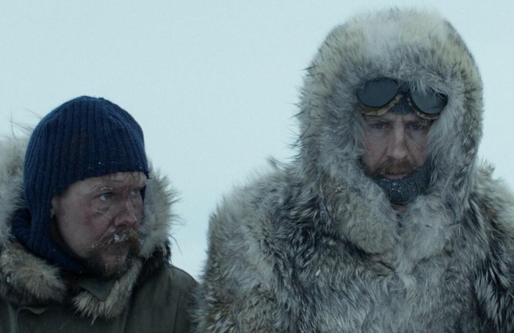 Fredag 15. februar har filmen «Amundsen» premiere på norske kinoer. Men var Roald Amundsen, her spilt av Pål Sverre Hagen (til høyre), virkelig bare besatt av å bli først og helt uinteressert i forskning? Nei. Det kunne han heller ikke være. For hundre år siden måtte en norsk polarhelt drive med forskning for å bli tatt seriøst. (Foto: Motion Blur / SF Studios)