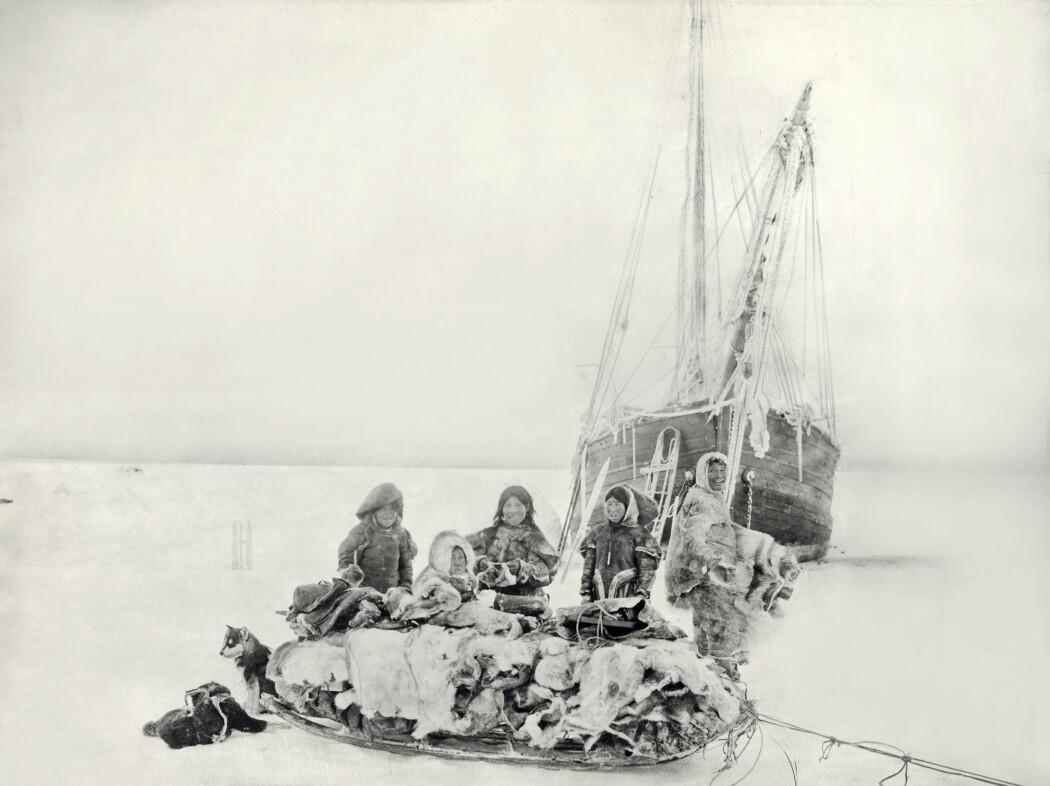 Sommeren 1903 seilte Amundsen og et mannskap på seks fra Oslo med skuta Gjøa. Hovedmålet med ekspedisjonen var jordmagnetiske målinger og å finne den magnetiske nordpol. Det andre målet var å endelig finne ruten gjennom Nordvestpassasjen. Under denne turen studerte Amundsen også inuitfolket netsilikene (selfolket) sitt levesett og samlet inn et stort etnografisk materiale som i dag finnes hos Kulturhistorisk museum i Oslo. (Foto: Roald Amundsen / Kulturhistorisk museum / Universitetet i Oslo)