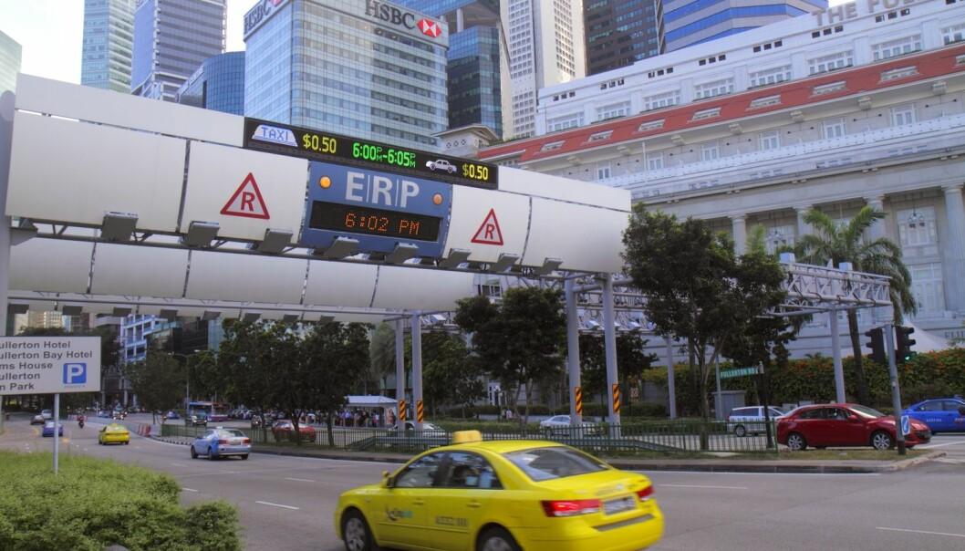 I trafikken her på Fullerton Road i Singapore er du tryggere hvis du setter deg inn i en gul taxi framfor en blå en. (Foto: Jeff Greenberg, AGE/NTB scanpix)
