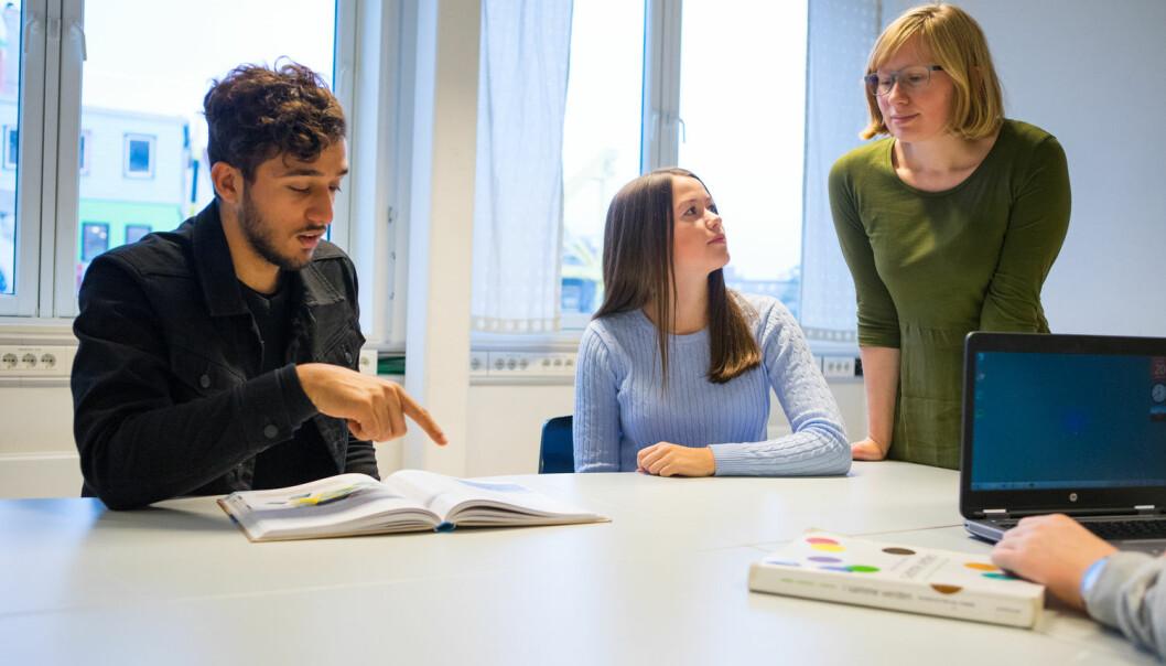 Det kan være tøft å hoppe rett inn i undervisning som nyutdannet lærer. Her bør de erfarne lærerne komme mer på banen å fortelle hvordan de ville ha gjort, viser ny forskning. Det kan gjøre nye lærere mindre usikre.  (Foto: Thomas Brun / NTB scanpix)
