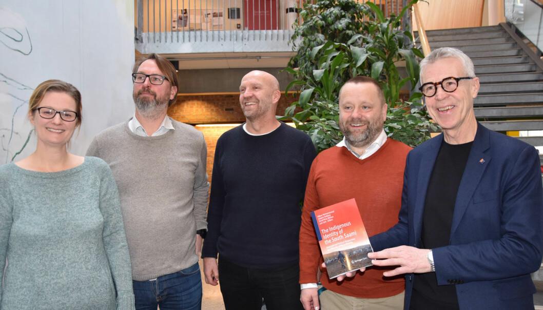 Forskere med bok, fra venstre: Inger Johansen, Leiv Sem, Trond Risto Nilssen, Håkon Hermanstrand og Asbjørn Kolberg. (Foto: Nina Kjeøy, Nord universitet)