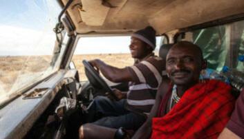 Fører og tekniker Onesmo og en masai på oppdrag i felten. (Foto: Per Harald Olsen, NTNU)