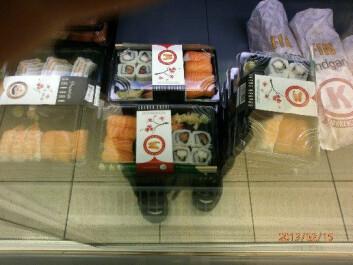 Ei jente tok bilde av sushi i butikken og fortalte hun gjerne ville smake sushi, men at foreldrene nektet fordi de var redde for bakterieinnholdet i rå fisk. (Foto: Informant)